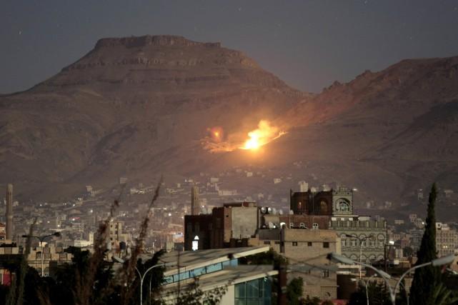 Un raid mené par la coalition saoudienne frappe... (photo Hani Mohammed, AP)