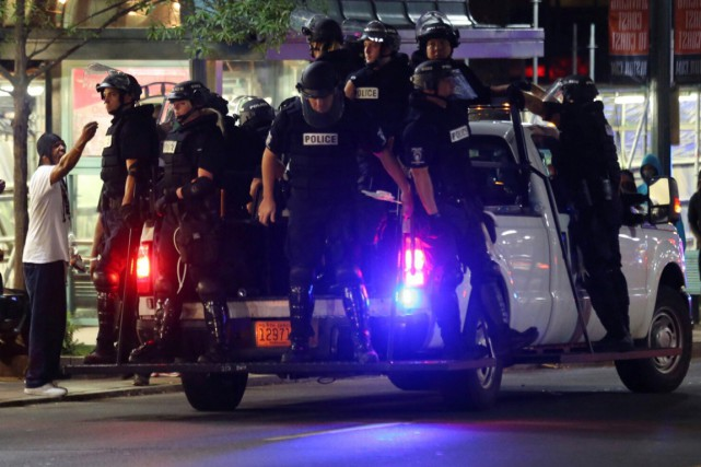 Un fourgon de police dans les rues de... (Photo Mike Blake, REUTERS)