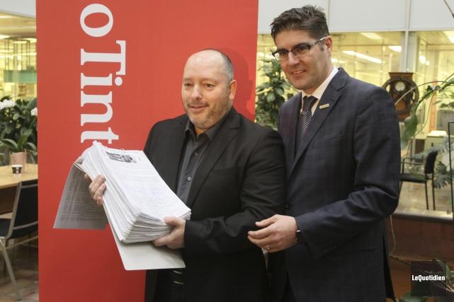Le citoyen Pierre Charbonneau a remis une pétition... (Photo Le Quotidien, Yohann Gasse)