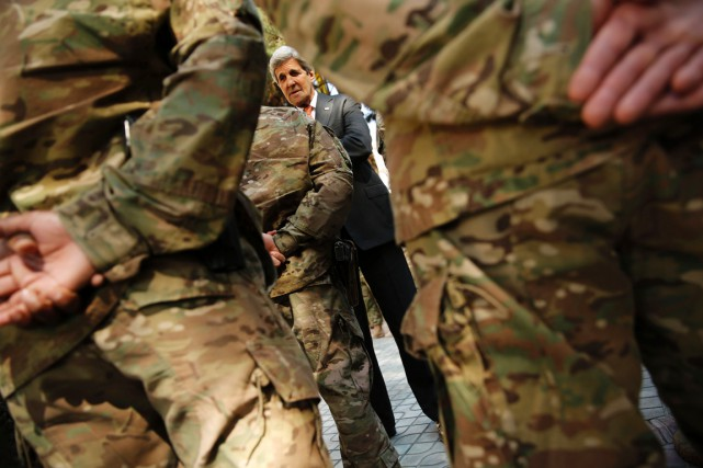 Le secrétaire d'État John Kerry rencontre le personnel... (photo JONATHAN ERNST, archivesAFP)