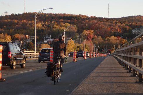 La Ville de Sherbrooke prolonge le projet pilote de piste cyclable sur le pont... (Spectre Média, René Marquis)