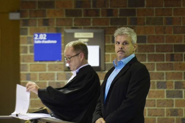 Sylvain Girard, en compagnie d'un de ses avocats,... (Sylvain Mayer, Le Nouvelliste)