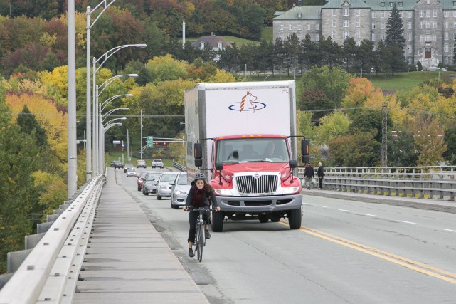 ÉDITORIAL / En retirant aux automobilistes une voie de circulation du pont... (Spectre Média, René Marquis)