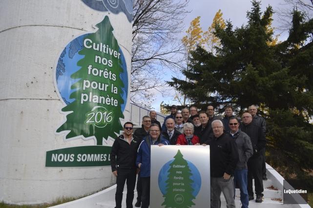 Des élus et travailleurs forestiers ont participé au... (Photo Le Quotidien, Louis Potvin)