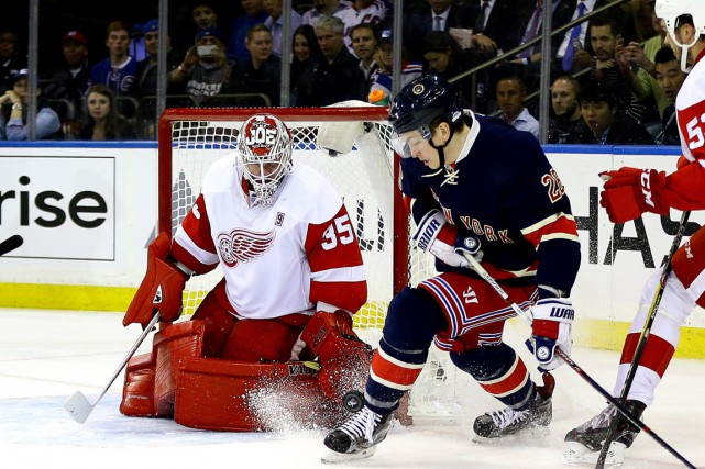 Le gardien Jimmy Howard arrête un tir de... (Photo Andy Marlin, USA Today Sports)