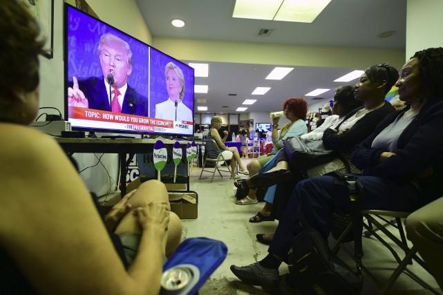 Des démocrates regardent le dernier débat Trump-Clinton à... (AFP, Frederic J. Brown)