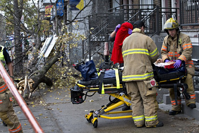Deux piétons ont été blessés lorsqu'un camion a percuté un arbre sur la rue... (Photo Patrick Sanfaçon, La Presse)