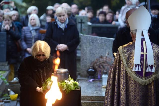 Krystyna Zachwatowicz, veuve du réalisateur, se recueille sur... (PHOTO AFP)