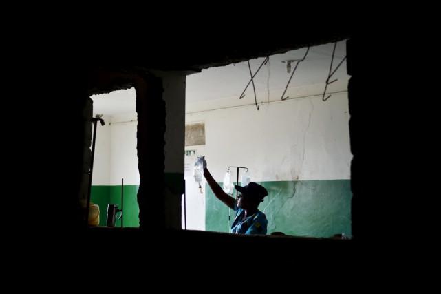 Une infirmière s'occupe de patients qui présentent les... (photo HECTOR RETAMAL, archives AFP)