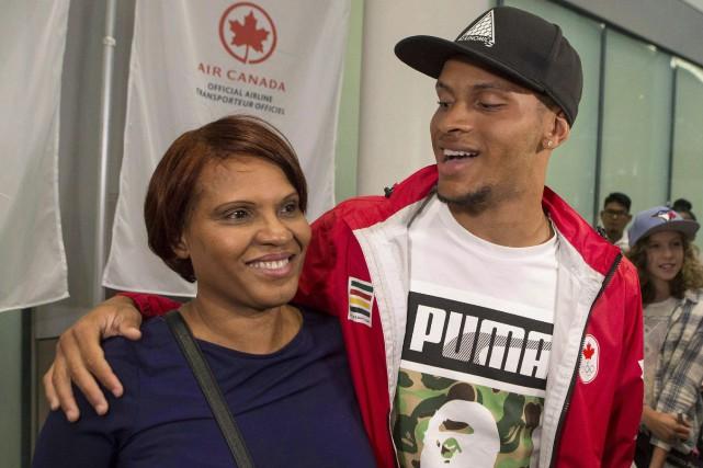 Le sprinterAndre De Grasse et sa mèreBeverley... (La Presse canadienne)
