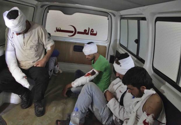 Des rebelles blessés sont pris en charge à... (AFP, George Ourfalan)