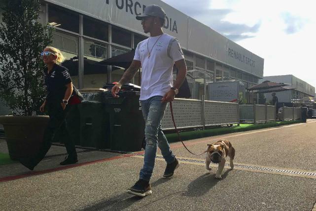 Lewis Hamilton et son chien Coco se sont... (AFP, Clive Mason)
