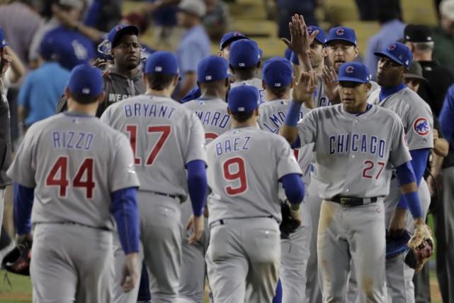 Les Cubs célèbrent après leur victoire du 5e... (Associated Press)