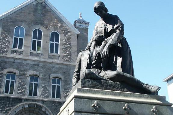 La statue de Jeanne Mance devant l'Hôtel-Dieu, qu'elle... (Photo fournie par le Musée des hospitalières)