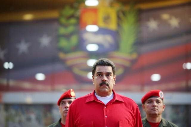 Le président Nicolas Maduro reçoit des honneurs militaires... (photo palais miraflores/REUTERS)