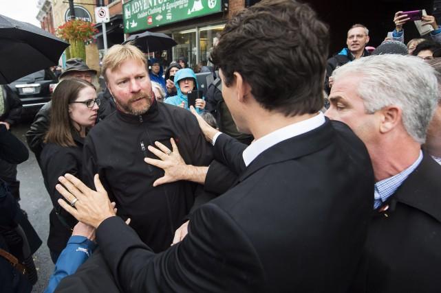 Justin Trudeau et un agent de la GRC... (PHOTO NATHAN DENETTE, LA PRESSE CANADIENNE)