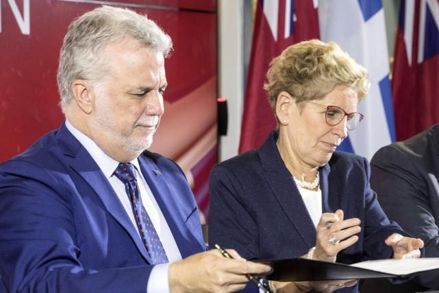 Les premiers ministres Kathleen Wynne et Philippe Couillard... (La Presse canadienne, Chris Young)