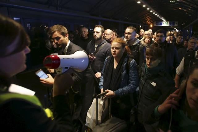 Quelque 500 passagers ont été évacués. Les policiers... (AFP, Daniel Leal-Olivas)
