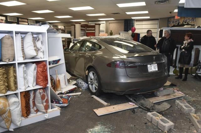 Une voiture électrique de marque Tesla a fracassé... (Photo: Francois Gervais)