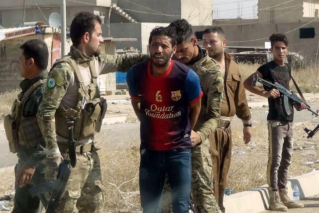 Les forces kurdes ont arrêté un homme suspecté... (PHOTO MARWAN IBRAHIM, AFP)