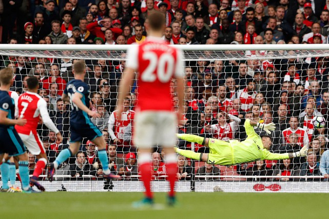 Le gardien de Middlesbrough, Victor Valdes, plonge à... (Photo John Sibley, REUTERS)