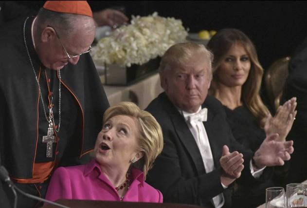 L'archevêque de New York TimothyDolan échange quelques mots... (AFP, Mandel Ngan)