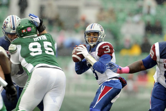 Vernon Adams Jr. cherche à effectuer une passe.... (Photo La Presse Canadienne)