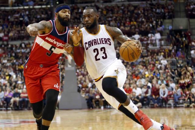 LeBron James est une mégastar sur la scène... (AP, Jay LaPrete)