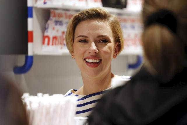 En marinière et tablier, Scarlett Johanssona endossé un... (AFP, Benjamin Cremel)