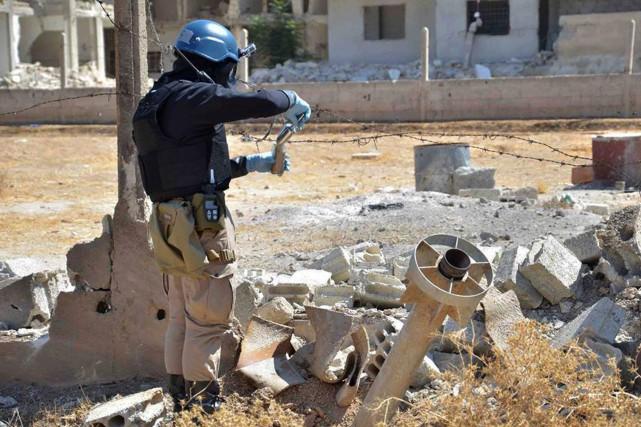 Un envoyé spécial de l'ONU effectue des prélèvements... (Photo AP)