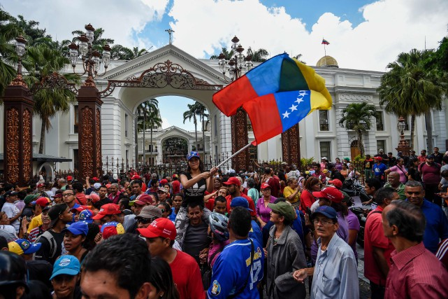 Des manifestants réunis devant le Parlement à Caracas.... (Photo AFP)