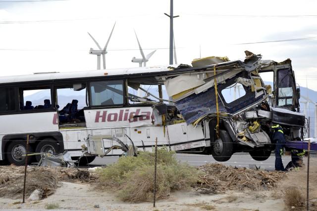 Le bus s'est complètement encastré dans la remorque... (AP, Rodrigo Pena)