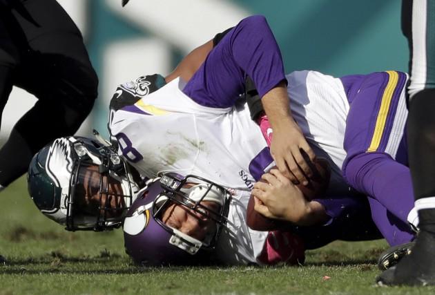Le quart des Vikings Sam Bradford a trouvé... (AP, Michael Perez)