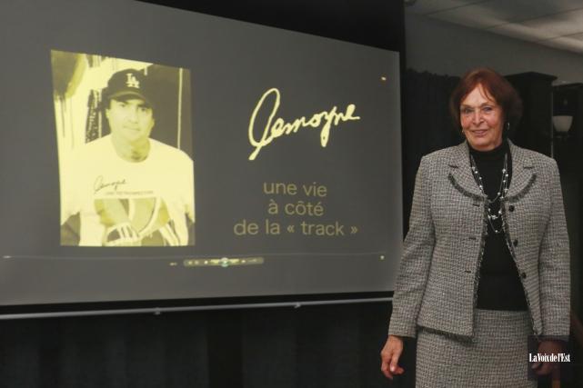 Suzanne Saint-Amour était fière de procéder au lancement... (Catherine Trudeau, La Voix de l'Est)