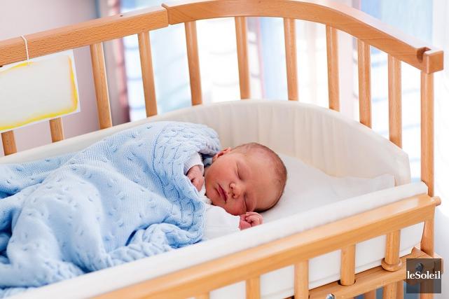 Les nouveau-nés devraient dormir dans la chambre parentale dans un berceau pour... (Photothèque Le Soleil)