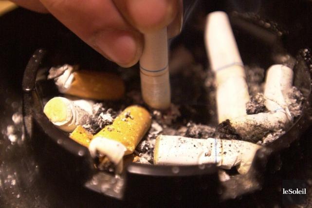 (68957) cigarettes, fumeur -LE TABAGISME 2002-01-20 PHOTO ROBERT... (La Voix de l'Est La Voix de l'Es)