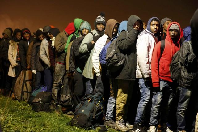 Hommes, femmes, enfant venus de différents pays, pour... (photo Pascal Rossignol , REUTERS)