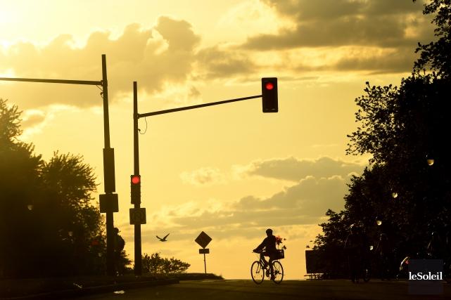 Un cycliste à la tombée du jour... (Photothèque Le Soleil)