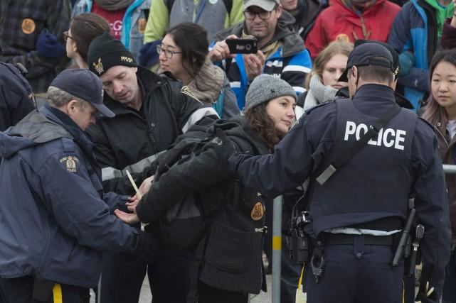 Les manifestants ont franchi les clôtures entourant l'édifice... (Adrian Wyld, La Presse canadienne)