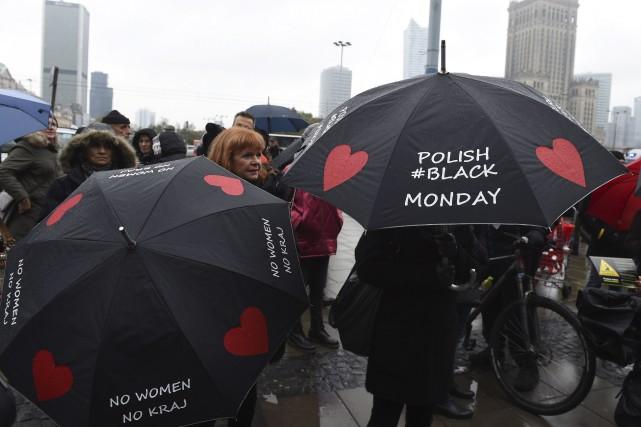 Bon nombre de manifestantes étaient vêtues de noir... (AFP, Janek Skarzynski)