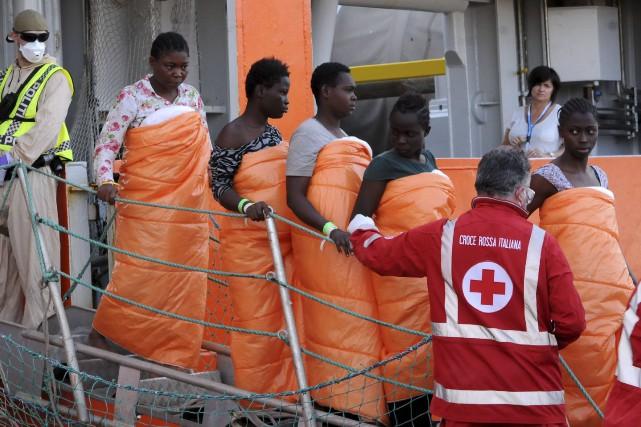 Des femmes faisant partie des quelque 1100 migrants... (AFP, STR)