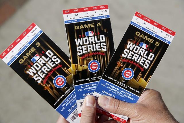 Les partisans qui espèrent voir les Cubs jouer en Série mondiale pour la... (Photo Michael Tercha, AP)