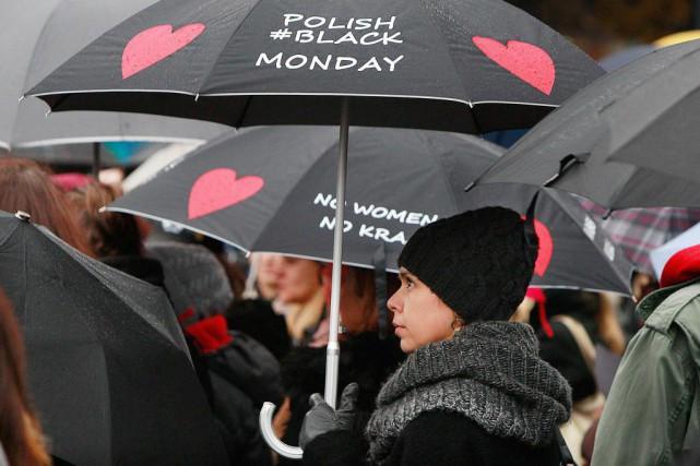 Des femmes se sont rassemblées hier dans plusieurs... (Photo Czarek Sokolowski, Associated Press)