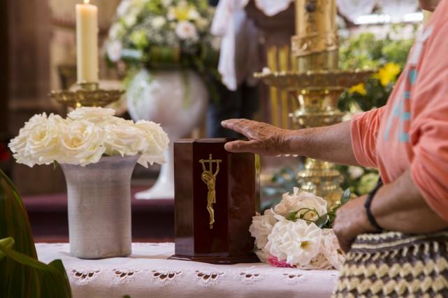 Garder les cendres dans un cimetière ou un... (photo ENRIQUE CASTRO, archives AFP)