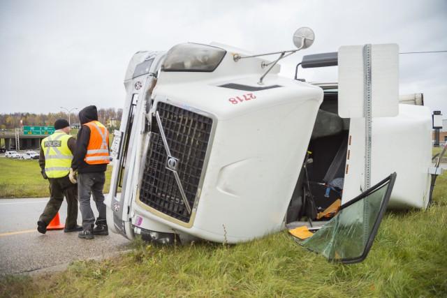 Un camion s'est renversé dans une des bretelles d'accès du secteur autoroute... (Spectre Média, Marie-Lou Béland)