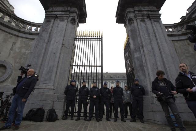 Policiers et journalistes attendaient mardi devant le ministère... (AFP, Nicolas Maeterlinck)