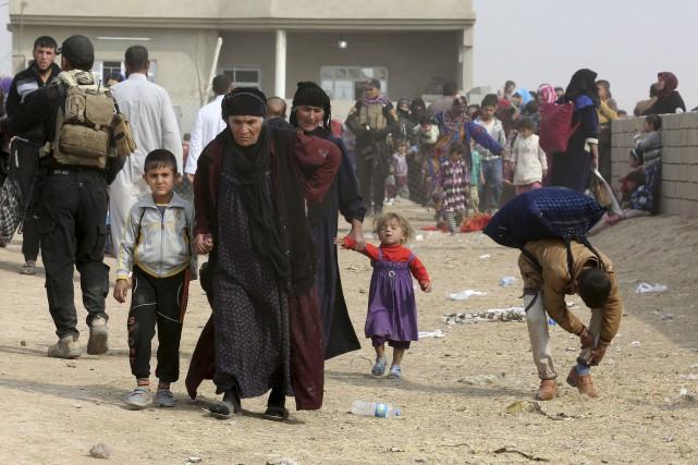 Les forces irakiennes évacuaient mardi les habitants des... (AP, Khalid Mohammed)