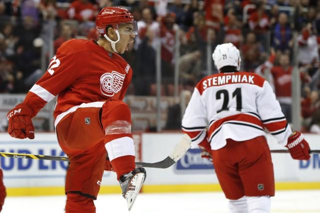 Dylan Larkin a marqué deux buts pour mener les Red Wings de Detroit vers un... (PHOTO AP)