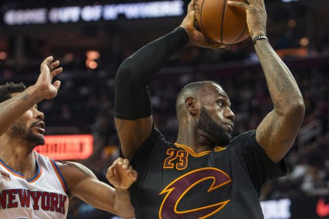 LeBron James a connu un autre match spectaculaire, Kyrie Irving l'a appuyé avec... (PHOTO AP)