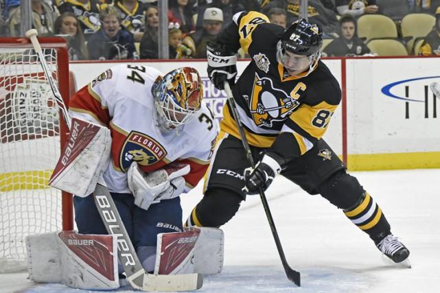 Le capitaine des Penguins Sidney Crosby est simplement content de pouvoir à... (PHOTO AP)